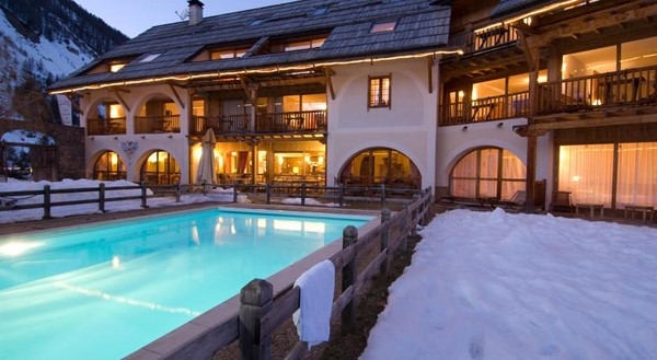 ferme izoard 3 star hotel guided snoe shoeing alps